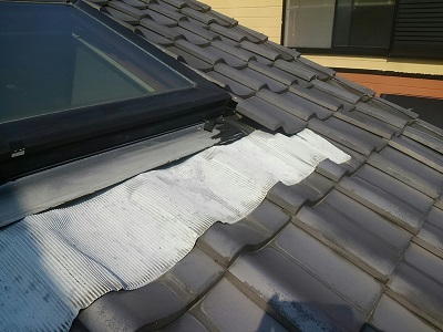 稲沢市で、雨漏れの疑いのある天窓の工事を行いました。