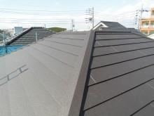 ストレート屋根のカバー工法の様子