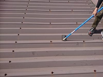 折半屋根塗装工事の下塗りサビ止めの様子