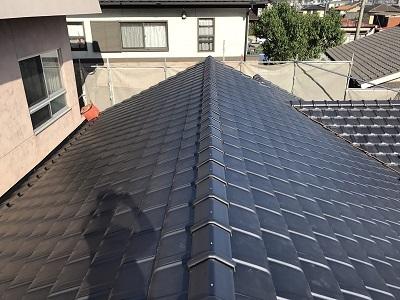 屋根に平板瓦を葺いた様子