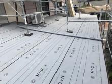 トタン屋根を解体し、防水シートを張った様子
