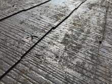 カラーベストの屋根の塗膜剥がれの様子