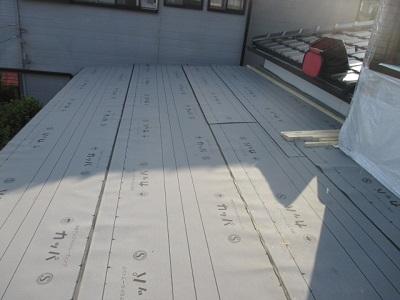 野地板の上に防水シートを敷いた状態