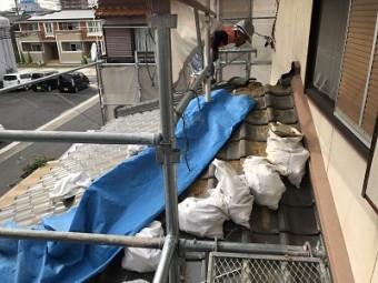 葺き替え工事中に下屋根を解体する様子