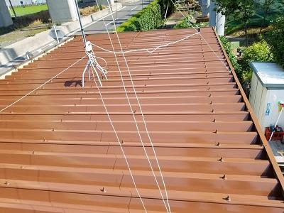 折板屋根に塗料本剤を塗りました