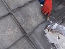 瓦を解体するために漆喰等を解体する様子