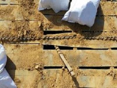 屋根の葺き替え工事をしている様子