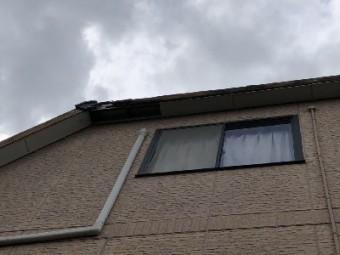 台風の影響で軒先のパネルが外れてしまったお宅の様子