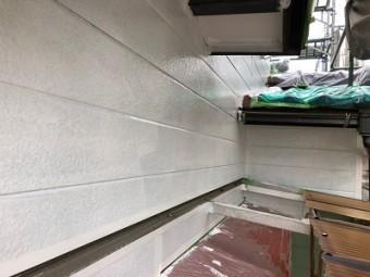 アルミサイディングの外壁の下塗りの様子