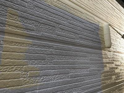 チョーキングが酷いお家の本塗りの様子