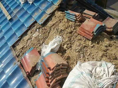 瓦ズレたお家の葺き直し工事の解体の様子