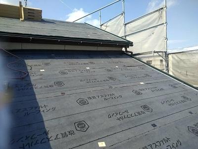 屋根の重ね葺き工事の施工中の様子