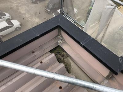 折半屋根の塗装工事のゴミの清掃の様子