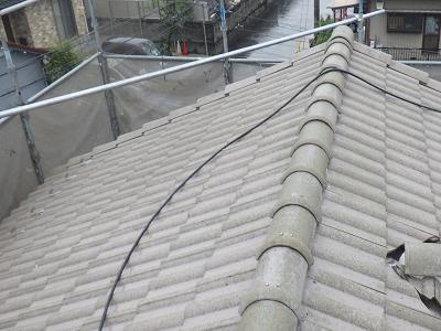 セメント屋根の塗装工事の水洗いの様子