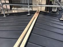 防水シートの上に板金屋根を新設した様子
