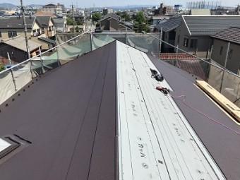 防水シートの上から金属屋根の主材を貼りつけてください