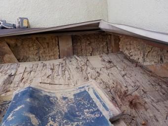 壁際の瓦を剥がし、掃除した状態
