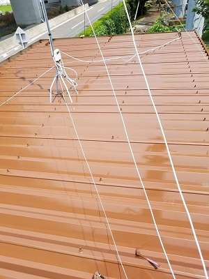 折板屋根に二度目の塗料本材を塗装した様子