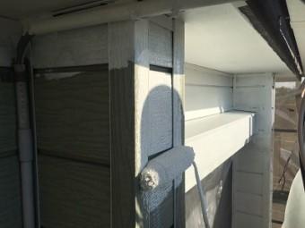 金属性の外壁に錆び止めを塗る様子
