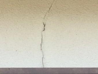 モルタル壁のクラックの現地調査の様子