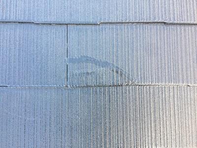コロニアル瓦の屋根のひび割れの様子