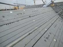 コケの生えたカラーベスト屋根のカバー工事の防水シートの様子