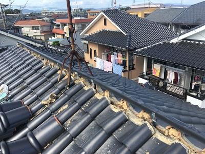 強風によって飛散してしまった棟の修繕工事の樹脂垂木施工の様子