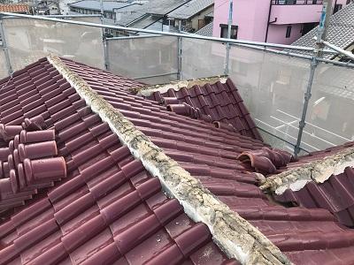 洋瓦屋根の棟瓦の取り直し工事のの様部分撤去の様子