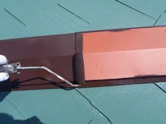 スレート屋根の塗装施工中の様子