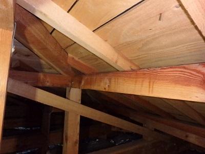 雨染みのはっきり出ている屋根裏の写真