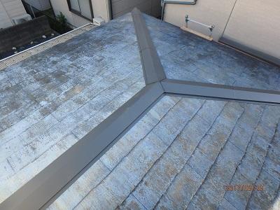 垂木の上から新しい板金を新設、ビスで固定し完工です。