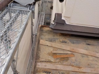 葺き土を取り除き、掃除した屋根