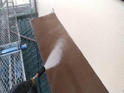 外壁塗装前の水洗いの様子