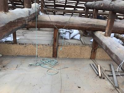 屋根の骨組以外を解体後、小屋裏の清掃をしている様子