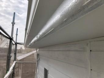 金属性の外壁に錆び止めを塗った状態