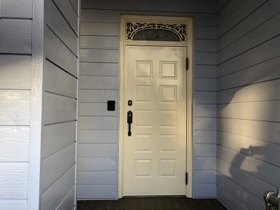 下塗りを終えた外壁材に塗料本材を塗布した様子