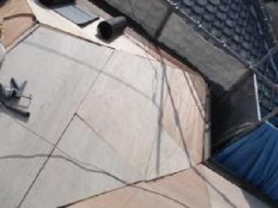 屋根にコンパネを貼っている様子