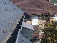 台風の影響で屋根の雨樋がはずれてしまったお宅の様子