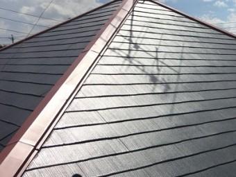 コロニアル瓦の屋根の下塗りの様子