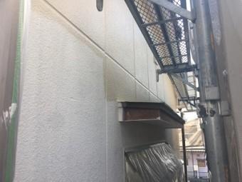 外壁塗装工事の中塗りの様子