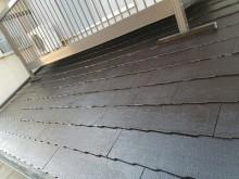 ひび割れたスレート屋根の塗装工事の様子