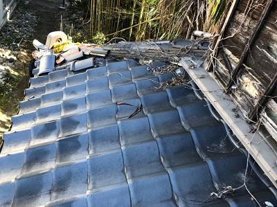 下屋根の隅棟の修繕工事の現地調査の様子