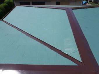 スレート屋根への塗装完工の様子