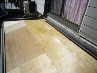 春日井市の下屋根の葺き替え現場で、野地板を張った写真