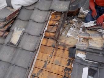 部分葺き替えを施工するために瓦を解体した様子