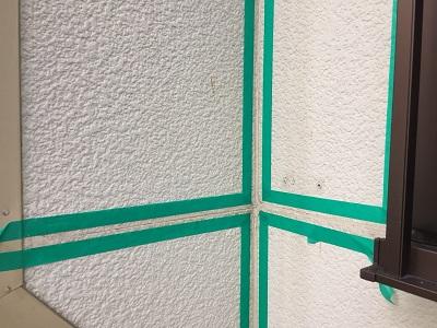 外壁のひび割れにコーキングで補修する様子