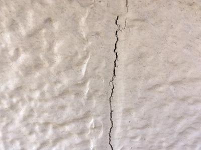 外壁現地調査のひび割れの様子