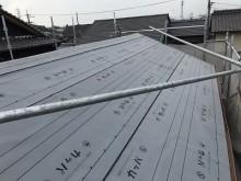 雨漏れしている和瓦の大屋根から瓦を解体し、防水シートを敷いた様子