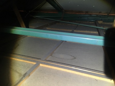 台風の影響で天井に雨染みができた小屋裏の様子