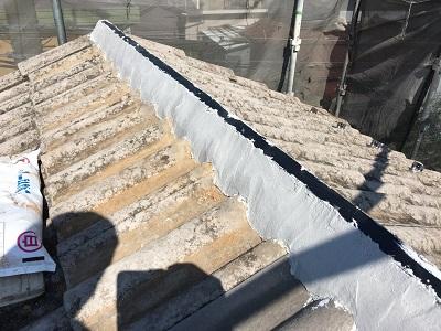 洋瓦屋根の棟瓦取り直し工事の南蛮漆喰の様子